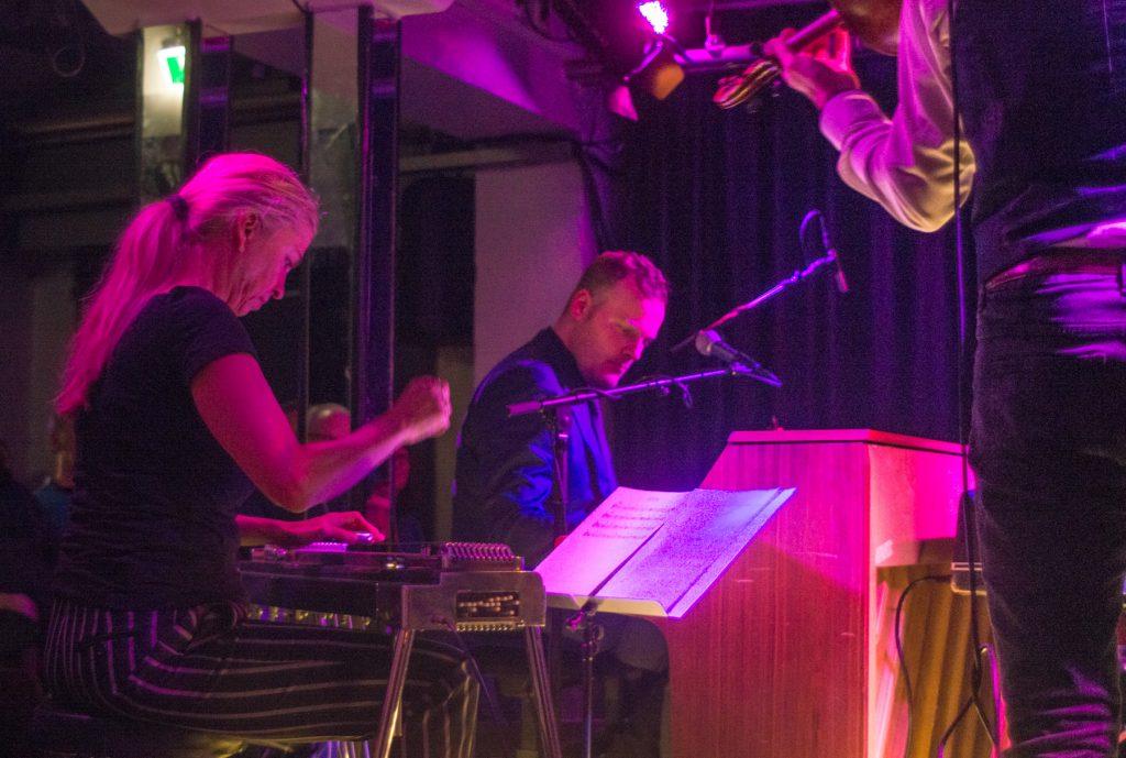 Afenginn im Bunker; Maggie Björglund an der Pedal Steel Guitar, Dánjal Á Neystabø ,Klavier