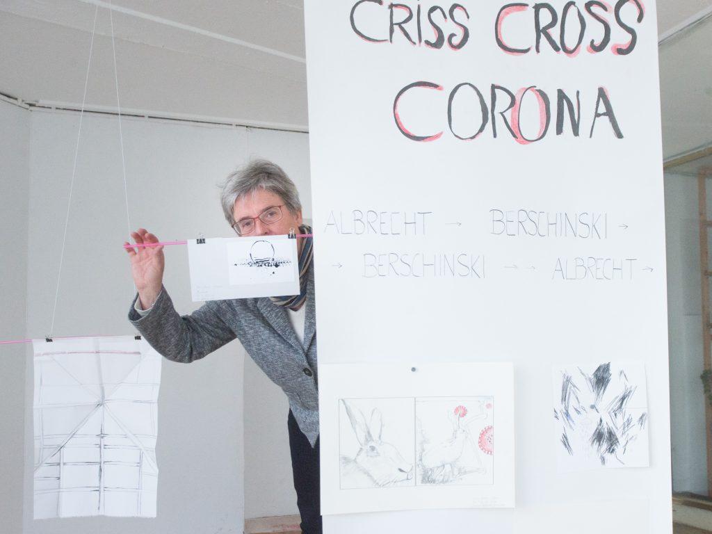 """Susanne Albrecht in Kiosk 24, wo aus Arbeiten von Saskia Berschinski und ihr selbst die Installation """"Criss Cross"""" entsteht."""