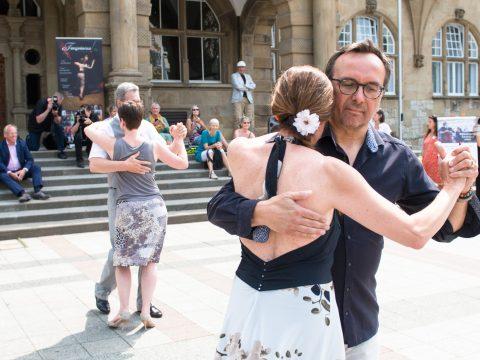 Mit drei Tänzen machen Bielefelder Tango-Tanzlehrer am bundesweiten Aktionstag zur Rettung des Tango Argentino auf ihre schwierige Lage aufmerksam.