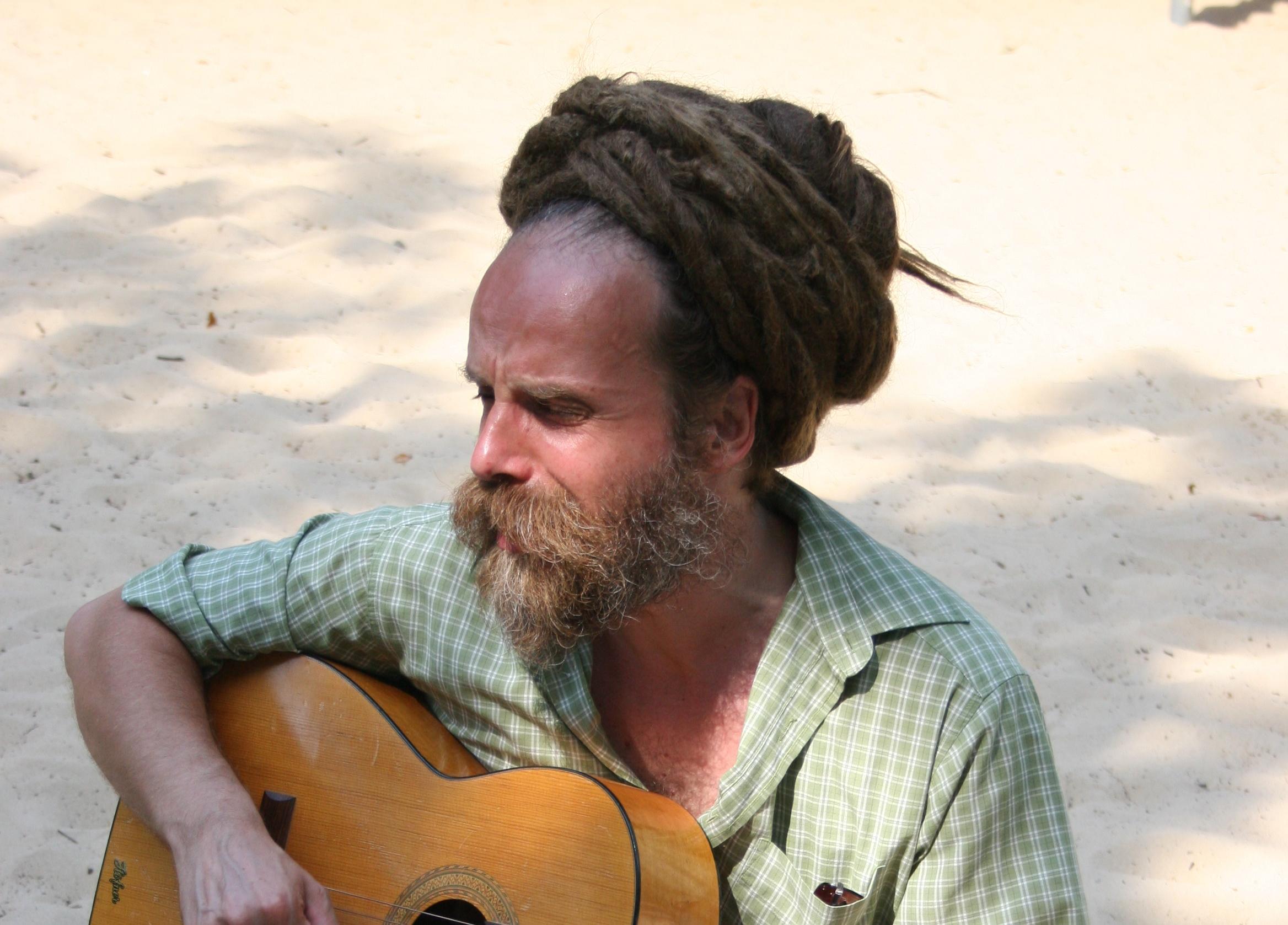 Mann im Sandkasten