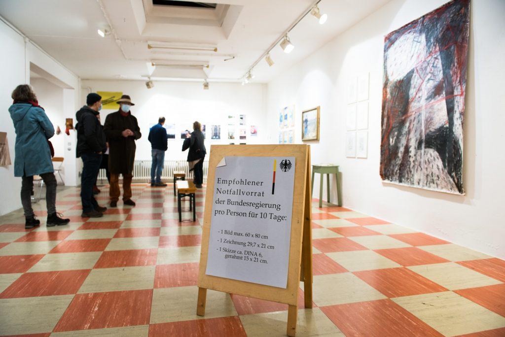 """Petra Weifenbachs zeigt auch acht Fotoabzüge mit dem Titel """"Mangel 2020"""". Die verweisen auf die Einschränkungen des Kulturbetriebs in Corona-Zeiten."""