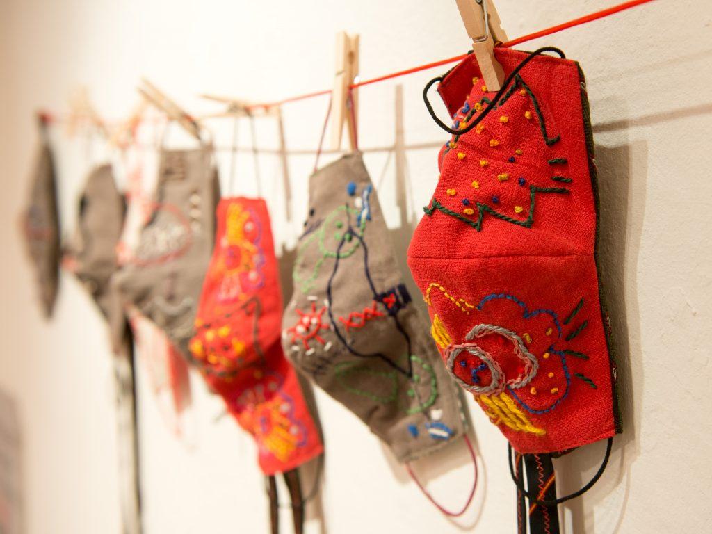 Die Mundschutzmasken von Marion Goes sind tragbar, werden aber als Wandobjekte zu einem Zeichen der Zeit.