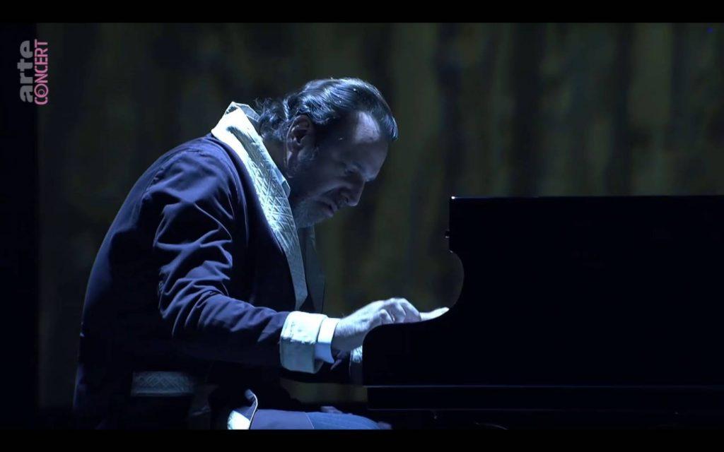 Mann am Konzertflügel, Bademantel, düsteres Blau